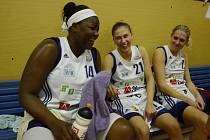 SNAD NASTOUPÍ. Raven Berryová a Irena Vrančičová (zleva) již mají po zranění lepší náladu a zítra by měly být trenéru Benešovi k dispozici. Vpravo sedí Lucie Košatková.