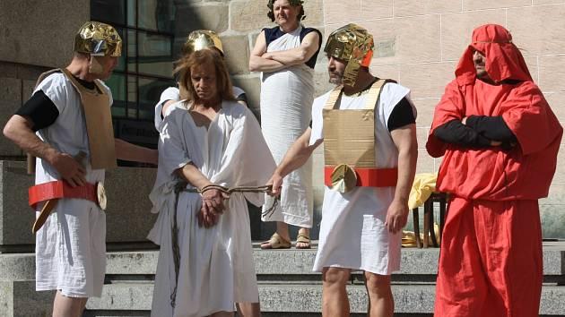 Po čtyřech letech budějovičtí uživatelé Domu sv.Pavla opět ztvárnili v originálním provedení poslední hodiny života Ježíše Krista - Pašijové hry.