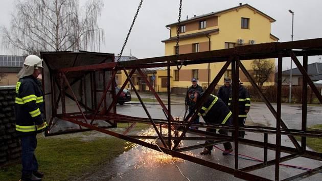 Rezavějící stožár dubenští hasiči rozebrali. Na jeho místě se nyní staví nová kaplička.