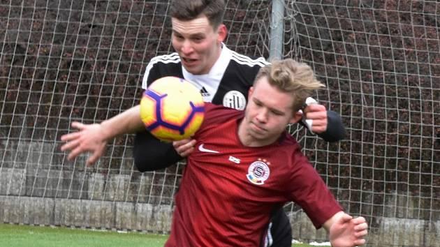 První gól Sparty v přípravě s Dynamem dal Václav Drchal, kterého na snímku atakuje tstovaný hráč Dynama Lukáš Provod.