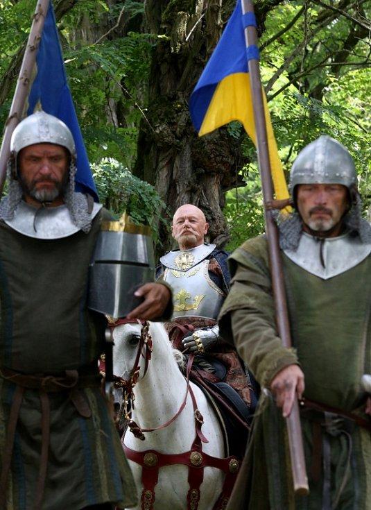 Česká televize natáčela v Kestřanech na Písecku pohádku Pravý rytíř, která se bude vysílat o Vánocích. Na snímku uprostřed Jiří Korn jako král Jakub.