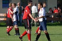Ladislav Fujdiar se coby hráč Plané ve třetí třídě potkával na hřišti i s celkem Nových Hodějovic: na snímku si podává ruku s Vítem Volemanem, jenž odehrál minulý podzim za Hlubokou B v okresním přeboru.