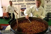 MAĎARSKÝ GULÁŠ. Sándor Csányi, prezident Gulášfestivalu v maďarském Szolnoku (na snímku), servíroval  v Českých Budějovicích na Gastrofestu v pavilonu F1 guláš s hovězím masem a houbami.