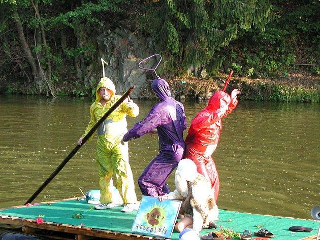 Hasiči se umí i skvěle bavit, to dokazuje spolupořádání oblíbené Benátské noci, ke které patří i kuriózní plavidla.