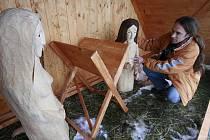 Poprvé letos položí o štědrovečerní půlnoci jezulátko do jesliček před kostelem v Hosíně u Budějovic. Správce farnosti Jan Řičánek (na snímku) plánuje s místními nadšenci, že každý rok tam přibude další figura. Třeba nedávno zesnulého místního kováře.