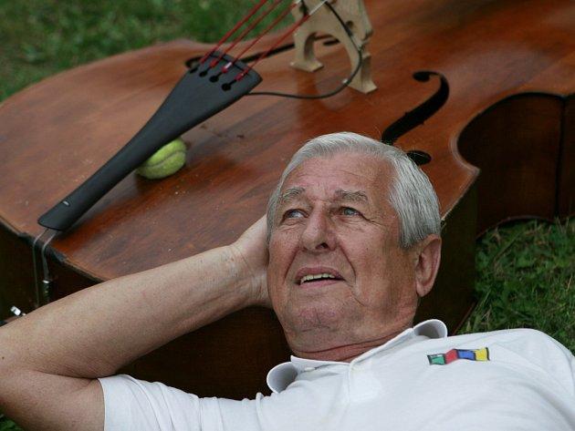 Dušan Vančura, známý ze skupiny Spirituál kvintet, obnovil svou původní kapelu Antikvartet.