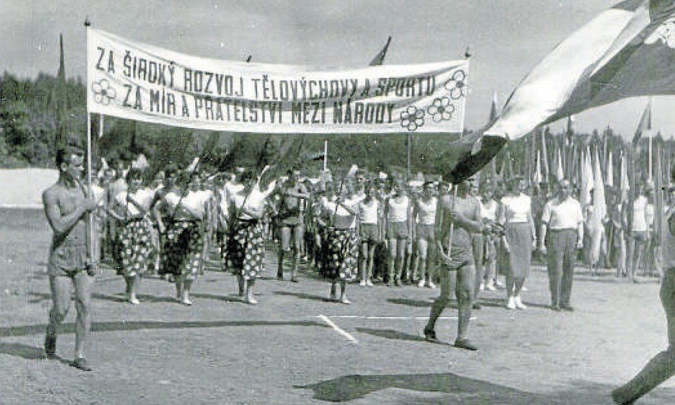 První okresní Spartakiáda v Týně nad Vltavou 22. 5. 1955, nástup žen k slavnostnímu zahájení.