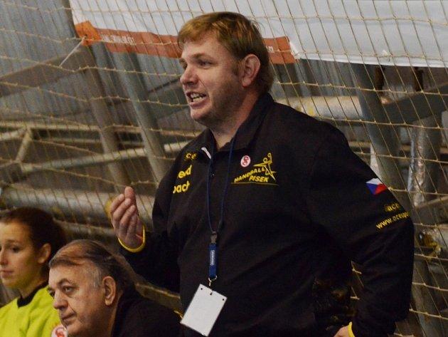 TRENÉR. Jan Slavík má na lavičce svým svěřenkyním co říct. Házenkářky teď čekají důležité zápasy o záchranu.