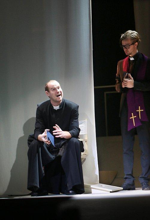 Jihočeské divadlo připravilo na 11. listopad premiéru hořké balkánské komedie Knězovy děti. Na snímku Pavel Oubram a Tomáš Havlínek.