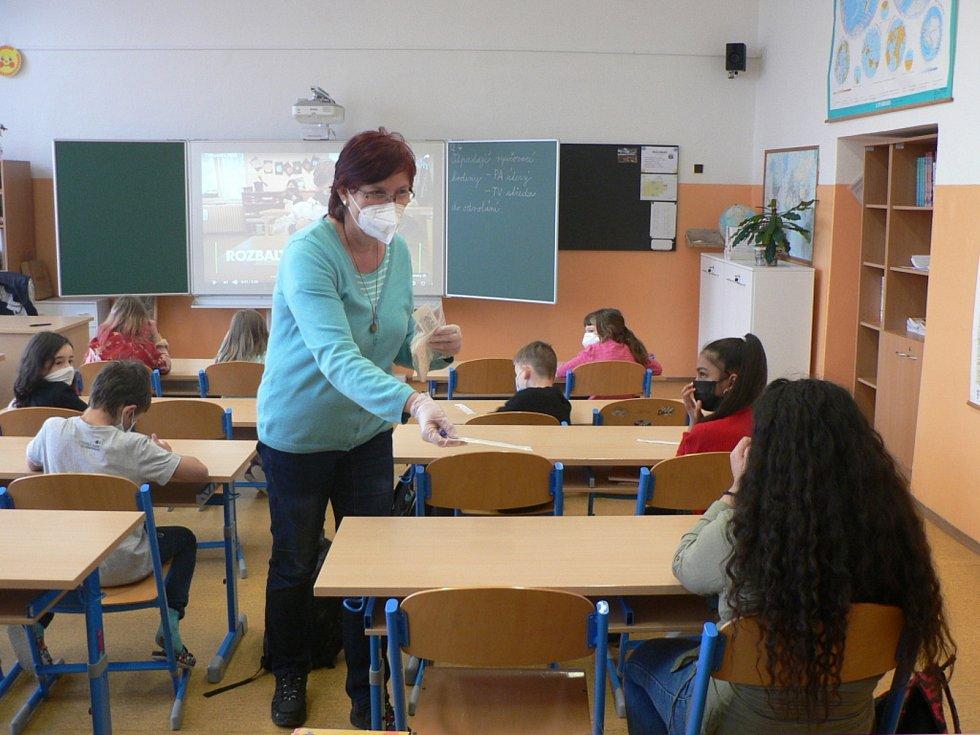 Na první stupeň základních škol mohla v pondělí 12. dubna 2021 přijít po čase znovu polovina dětí. Na snímku ZŠ Nová v Č. Budějovicích.