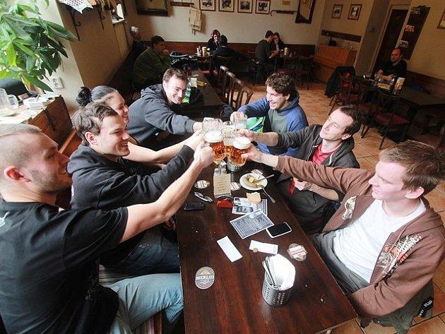 Hostinec U černého koníčka vábí hosty na dobrá jídla a protivínskou jedenáctku Platan z tanku.