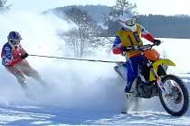 Ani posádka Vitouš – Sejk z Motosportu Chýnov se letos na motoskijöringu v Chotčinách nesveze.