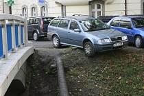 Parkování u Mlýnské stoky v Českých Budějovicích.