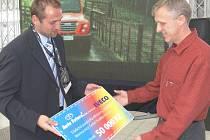 Doktoru Pavlu Timrovi předává dar vedoucí Auto Future Jan Michalec (vlevo).
