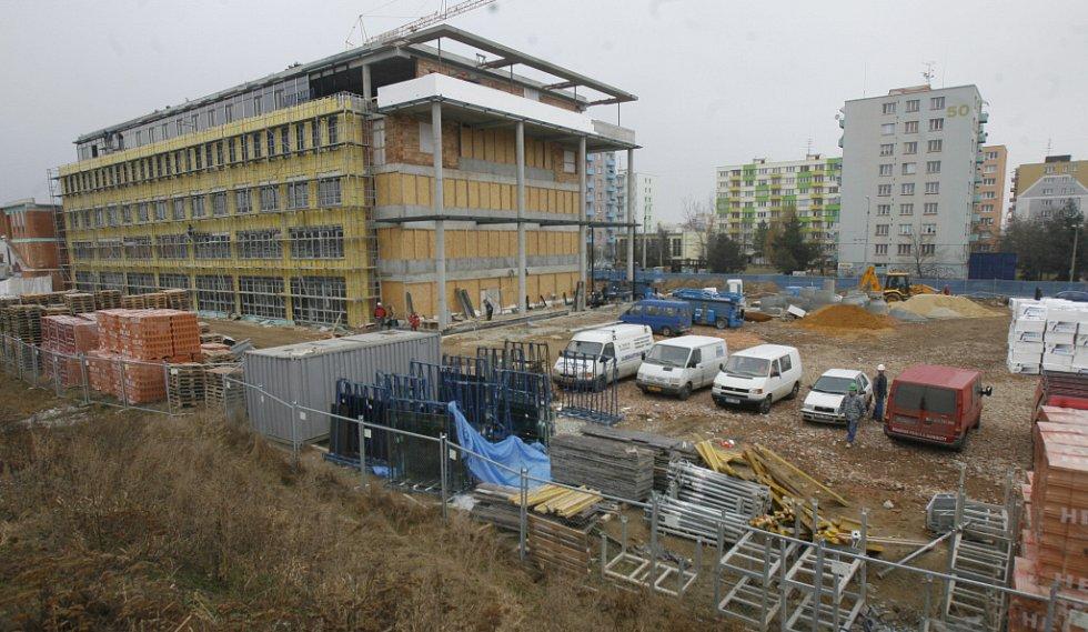 Rychlým tempem vyrostly dvě nové univerzitní budovy v Branišovské ulici v Českých Budějovicích. V pětipodlažní budově bude sídlit filozofická fakulta a rektorát, ve vedlejší třípatrové najde nové prostory centrální knihovna.