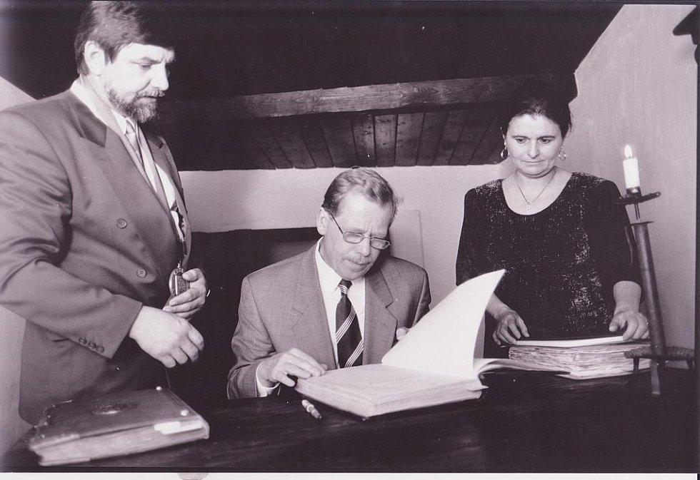 Na Husových oslavách v Husinci byl prezident Václav Havel čestným hostem v roce 1995. Tehdy se podepsal za účasti tehdejšího starosty Petra Tesárka (vlevo) do pamětní knihy v Husově domku.