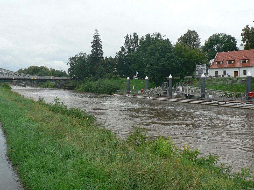 Zvýšená hladina Vltavy v Českých Budějovicích. Pod Dlouhým mostem u Lannovy loděnice.
