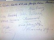 Na stránce kroniky jsou připojeny podpisy protagonistů a tvůrců filmu v čele s režisérem Svatoplukem Innemannem. Nechybí autogram hlavní hrdinky v podání Bedřišky Seidlové.