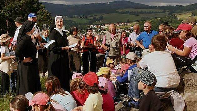 Ze společné modlitby s českými jeptiškami a dětmi u Kaple anděla strážného.