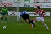 Antonín Presl, jenž dal na Hluboké Žižkovu dva góly, se v dresu Táborska proti Žižkovu prosadil i na jaře ve II. lize, kdy po faulu Bodečka na něj (viz foto) dal Strnad z penalty na 1:0 a poté sám Presl přidal druhý gól.