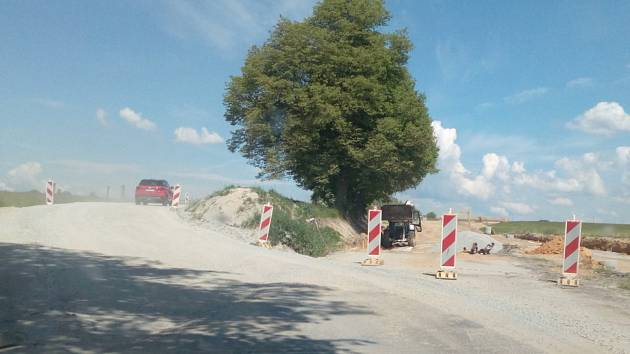 Provizorní objížďku u Strážkovic, která slouží kvůli stavbě obchvatu, čeká v sobotu 12. června 2021 asfaltování. Řidiči proto neprojedou na Trhové Sviny a budou muset na objízdné trasy.