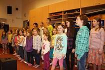 V hudebně českobudějovické ZŠ Baarova se už několik týdnů na zpívání koled připravují členové dětského folklorního souboru Bárováček. Na akci Česko zpívá koledy nebudou chybět pravidelní účastníci ani ti nejmenší nováčci v souboru.
