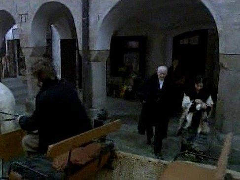 Náměstí Míru  spodloubím. Michal a Fantoša odjíždějí od ženiných rodičů. Vyprovází je otec vpodání Emila Horvátha.