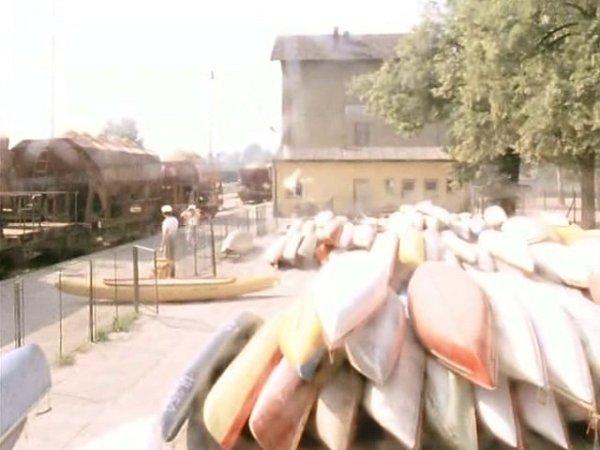 """Vjižních Čechách se natáčel film Svatební cesta do Jiljí. Tomášovi se zdá oshledání na nádraží v """"Suchém Dole"""". Scéna se točila vSuchdole nad Lužnicí."""
