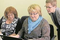 NA DOTAZY čtenářů odpovídaly Jana Rohlíková (vlevo), Hana Horáčková (vpravo).  Mluvčí finančního úřadu Jana Králová (uprostřed)  jejich informace zapisovala.