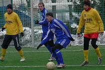 Týnský Zdeněk Hrdina u míče v minulém utkání Olympie proti Kamennému Újezdu na turnaji v Hluboké nad Vltavou.