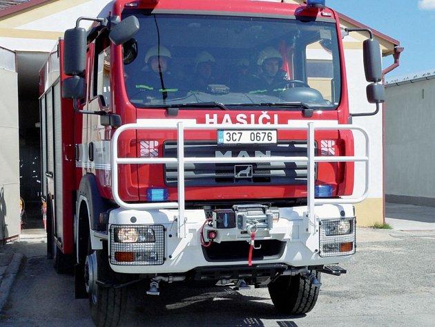 PRVNÍ VÝJEZD. V plné parádě vyrazili hasiči s novou technikou z garáže, aby se špičkovou cisternou pochlubili.
