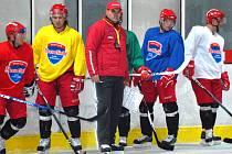 Hokejisté HC Mountfield se poprvé představí na domácím ledě v utkání Tipsport Cupu proti Znojmu (17). Na snímku z tréninku je kouč Ernest Bokroš mezi svými svěřenci (zleva) Tomanem , Kotrlou a Muchou.
