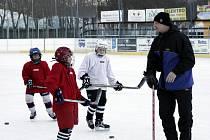 Jaroslav Brabec předává své bohaté zkušenosti mladým zájemcům o hokej.