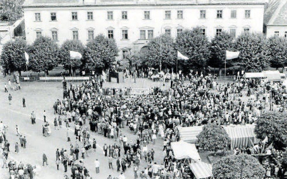 Oslavy 750 let města Týna nad Vltavou v roce 1979, pohled na náměstí z věže kostela sv. Jakuba.