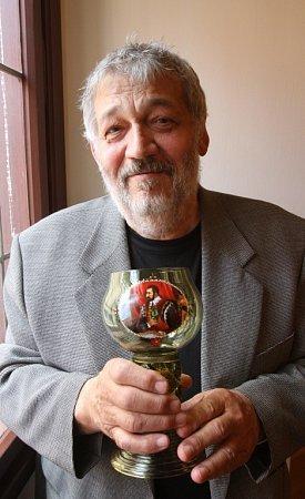 Spisovatel Ladislav Beran, žijící vPísku, dostal 20.května cenu Číše Petra Voka. Autor je znám hlavně díky svým krimipříběhům.