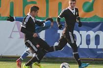 Ladislav Volešák v zápase Dynama s Vlašimí (4:1) zakládá jednu z útočných akcí, nabíhá si Zdeněk Linhart.
