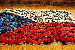Úžasná vlajka vytvořená z těl lišovských školáků.