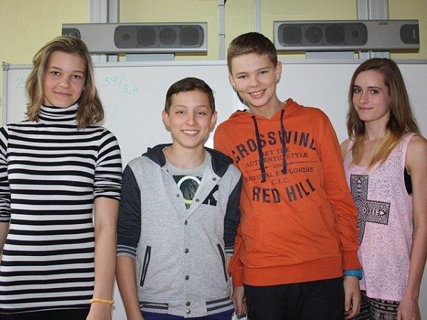 Eliška Sýkorová, Matyáš Havel, Marek Kos a Karolína Čapková si zahráli vkomparzu.