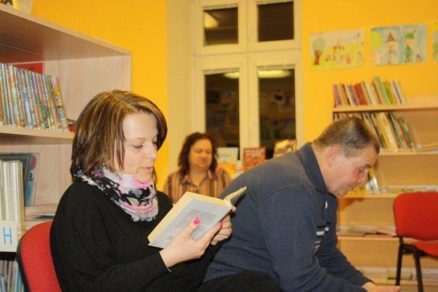 Maraton ve čtení dlouhý 24hodin pořádala ovíkendu knihovna vMalšicích na Táborsku, vznikl neoficiální jihočeský rekord. Vlevo na snímku Bohuslav Lutovský (65), který na maraton přivezl dceru a ženu.
