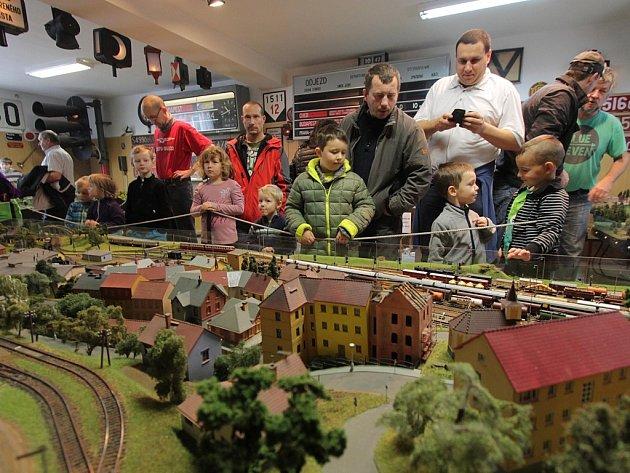 budějovičtí zelezniční modeláři přilákali na výstavu vláčků nejen děti, ale i zástup dospělých.