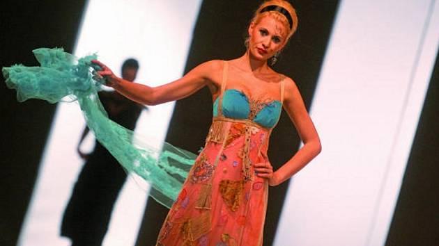 Na přehlídkovém mole zářila Kateřina Průšová (na snímku ve večerních šatech z kolekce pražské návrhářky Jany Berg), Michaela Wostlová nebo Daniela Frantzová.