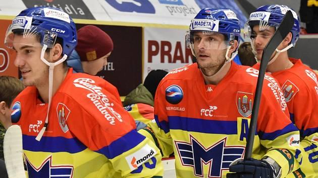 Hráči Motoru Zdeněk Doležal, Miloslav Čermák a Roman Přikryl slaví s fanoušky vítězství.