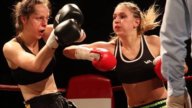 Českobudějovická Eliška Pelechová (vpravo) zasadila své slovenské soupeřce Marianě Kútné řadu tvrdých úderů a zaslouženě zvítězila na body.