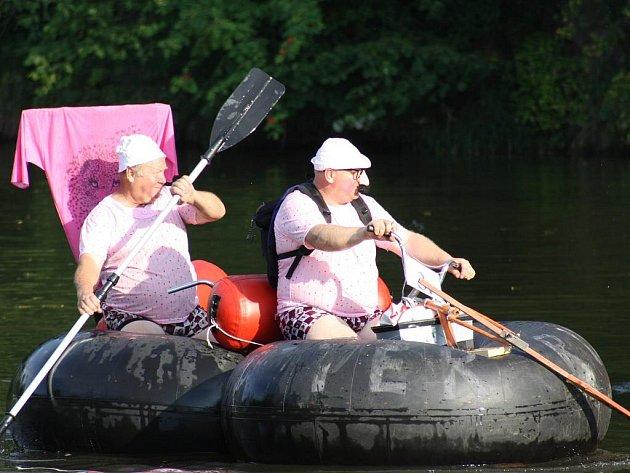 Šest posádek se v sobotu vydalo na tradiční plavbu po Malši, která již neodmyslitelně patří k Benátské noci v  Plavu. Diváky na břehu bavili například členové plovoucí filharmonie, pekelníci na pojízdné sběrně hříšníků či lehké děvy z E55.