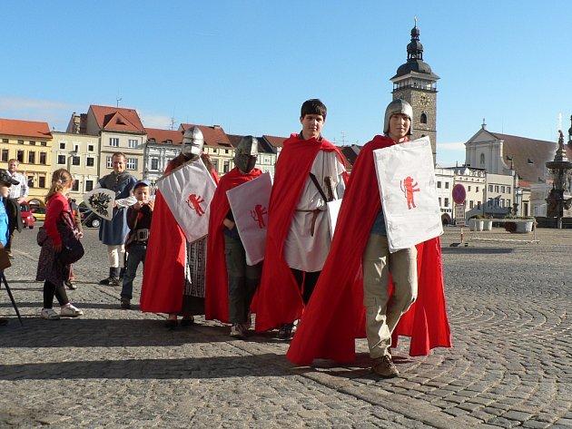 Rytíři jako průvodci na náměstí Přemysla Otakara II. v Českých Budějovicích.