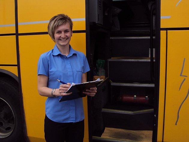 Pětadvacetiletá Markéta Hrmová pracuje již více než rok jako průvodce autobusové linky u společnosti Student Agency. Nejvíce se jí líbí to, že každý den potkává nové lidi.