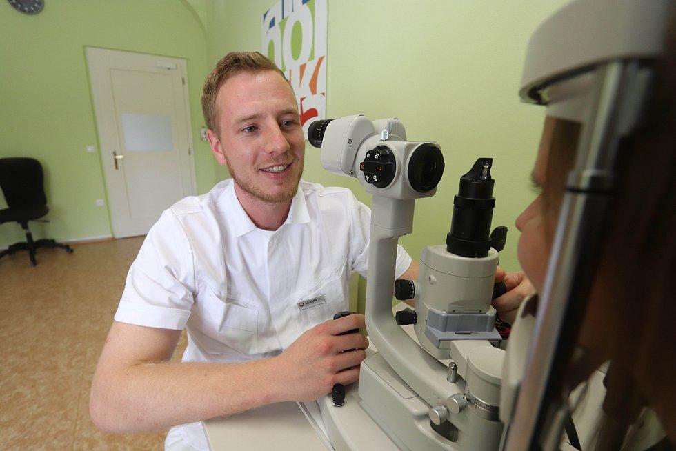 Světový den oka v Českých Budějovicích, na snímku dr. Michal Matuška z českobudějovické oční kliniky Lexum při vyšetření.