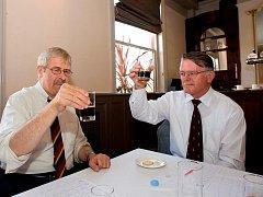HODNOCENÍ. V porotě největší mezinárodní soutěže lahvových piv zasedl i Josef Tolar (vpravo), bývalý sládek Budějovického Budvaru. Na snímku je zachycen s dalším porotcem Rogerem Protzem.