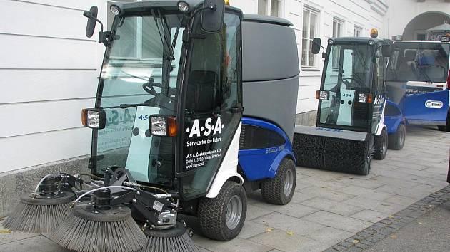 Firma A.S.A., která uklízí silnice a chodníky v Českých Budějovicích, představila nové stroje. Ty mají pomoci především v zimě. Nová mechanizace je všestranná, stroje budou shrnovat sníh, vysávat, zametat  a solit silnice.