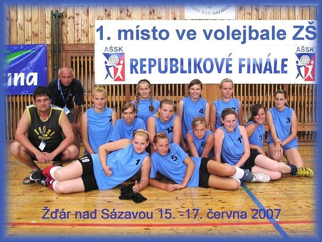 Volejbalistky ZŠ Rudolfov, (nahoře zleva): R. Trmal (trenér), L. Mühlstein (ředitel), Švejdová, Kubíčková, Šimková, Hůlková, Márovcová, Vandasová, Persanová, Korandová, Ruzhová, Šímová a ležící Pechová a Sedláková.